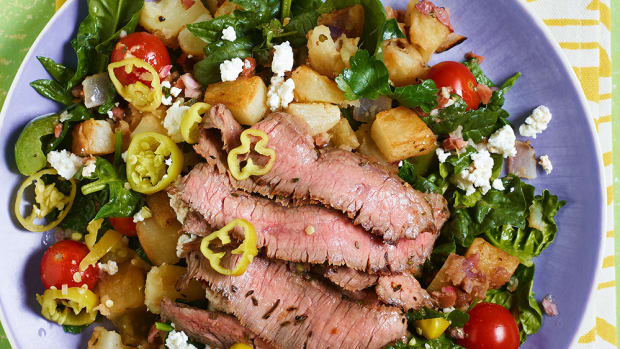 warm greek salad with sliced steak 102057366